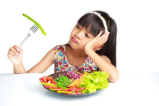 野菜を見つめる子供