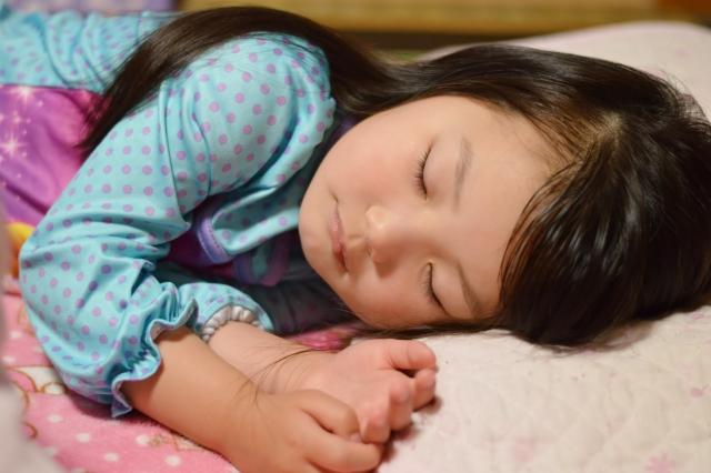 寝ている小学生の女の子