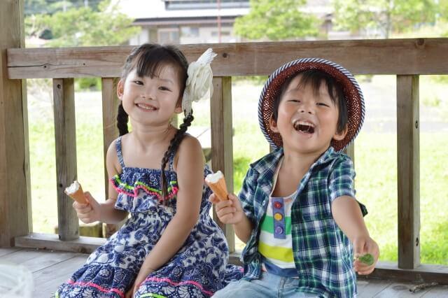 アイスを食べる兄妹