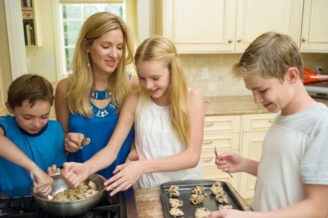 家族で食事の準備