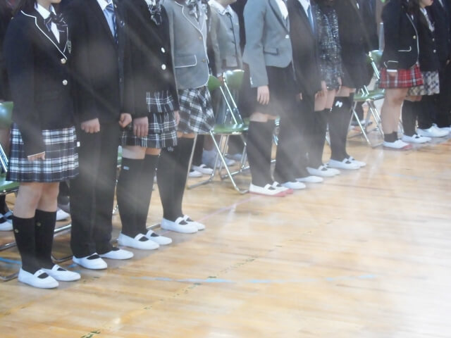 起立した中学生