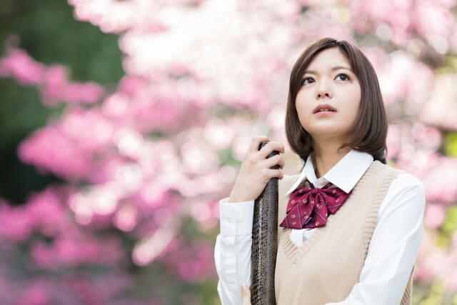 桜の前の女学生