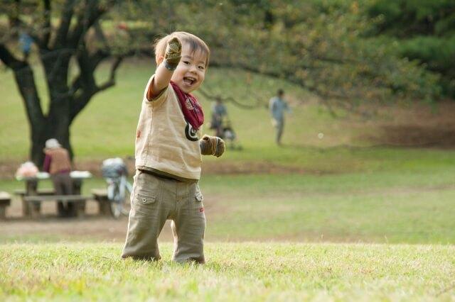 公園で歩く練習をする男の子