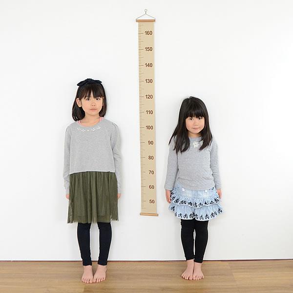 身長を測る女の子