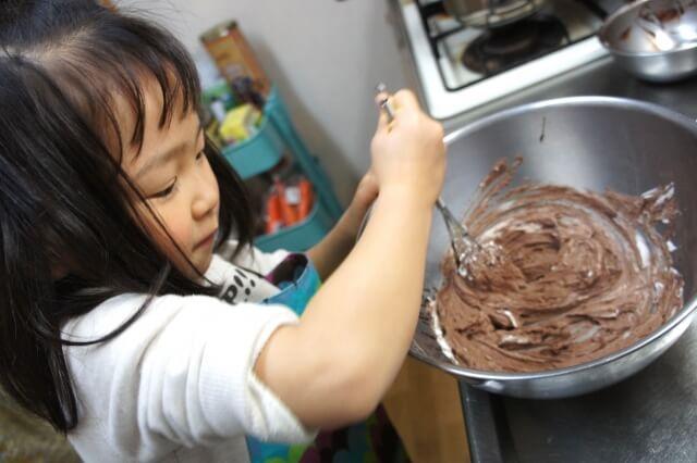 お菓子作りをする女の子