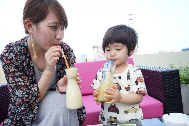 親子でジュースを飲む