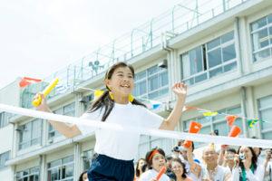 運動会中の小学生