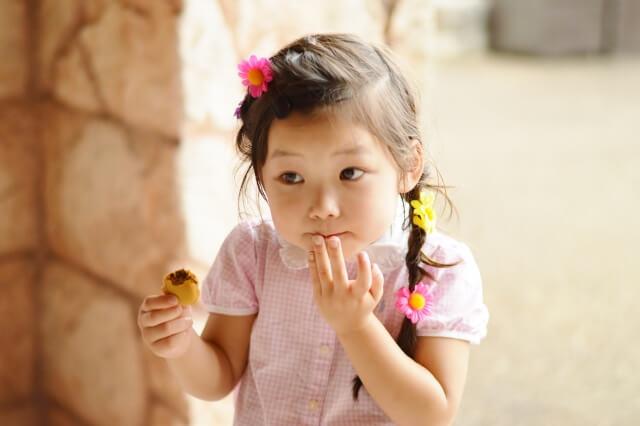 マカロンを食べる女の子