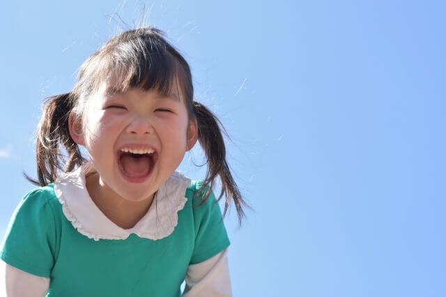 笑顔で大声を出す女の子