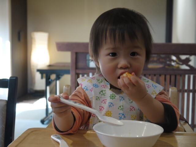 食事をする男の子
