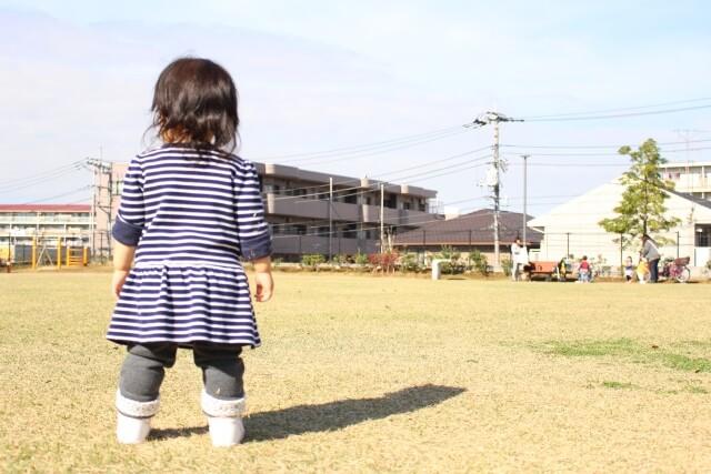 公園で後姿の女の子