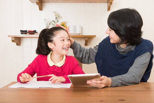 勉強をする母親と娘