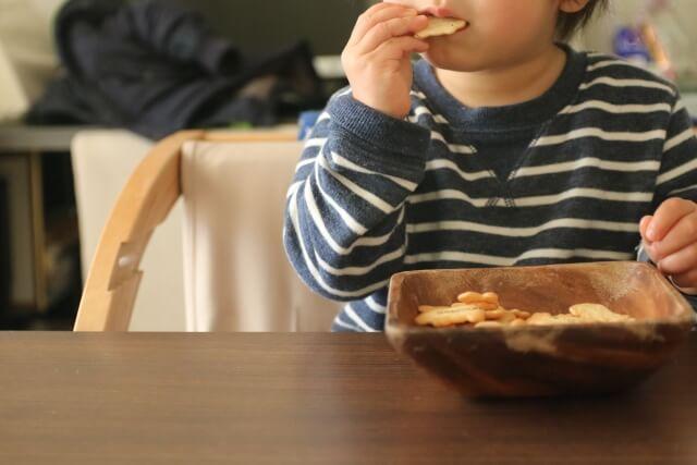 お菓子を食べる男の子