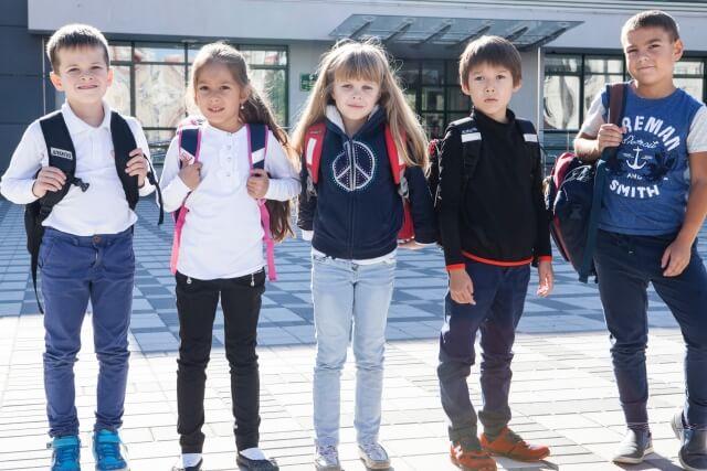横並びの5人の小学生