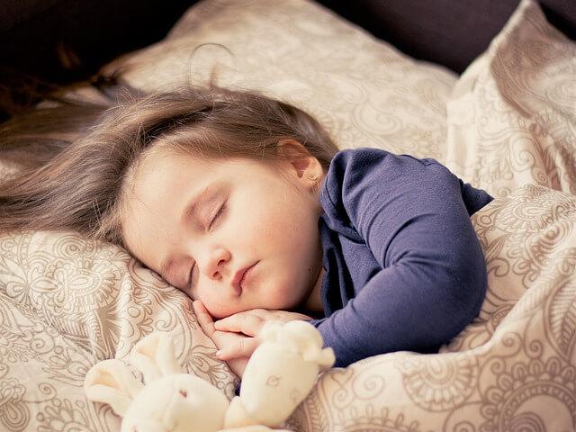 人形と寝る子供