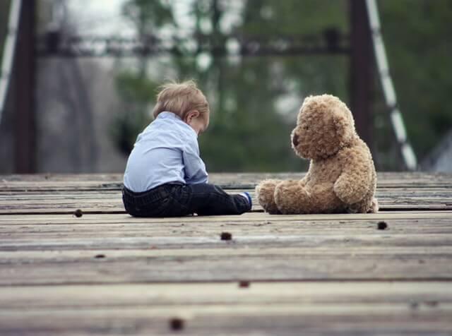 人形と座り込む子供