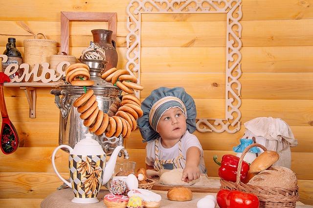 小麦製品に囲まれる子供