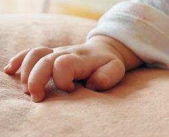赤ちゃんの右手