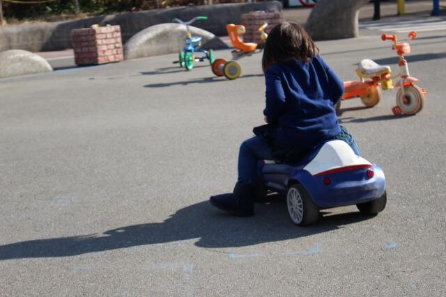 車のおもちゃで遊ぶ子供