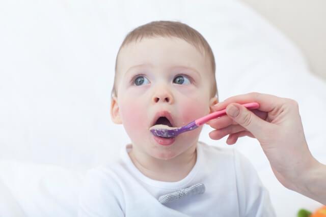 離乳食を食べる外国の赤ちゃん