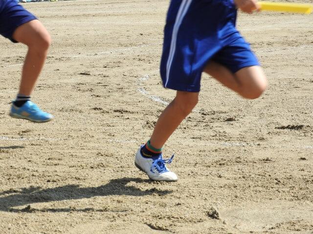 走る子供の足元
