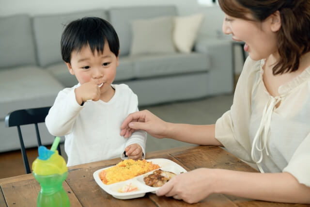 食事をする子供と母親