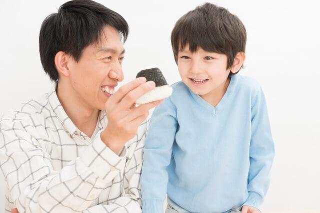 食事する父子