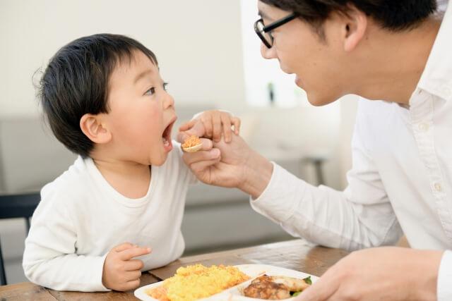 お父さんに食べさせてもらう子供