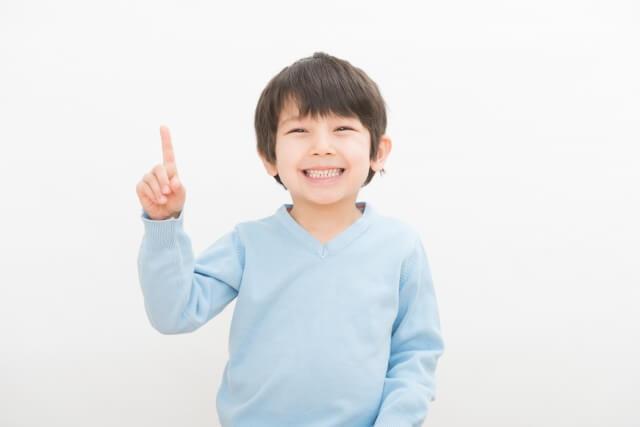 人差し指を立てた少年