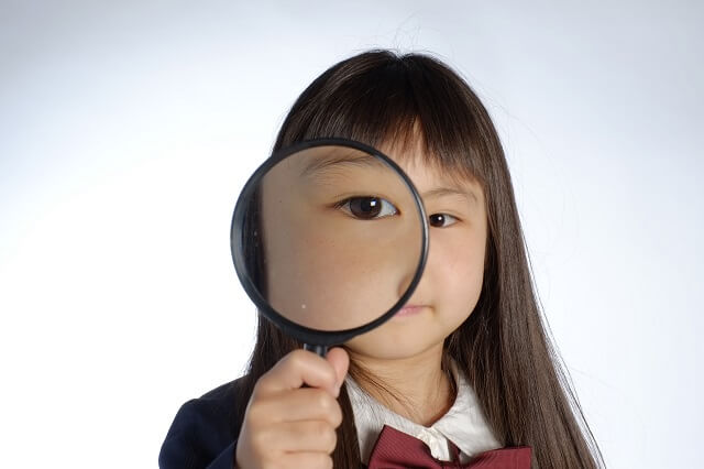 虫眼鏡を持つ女の子