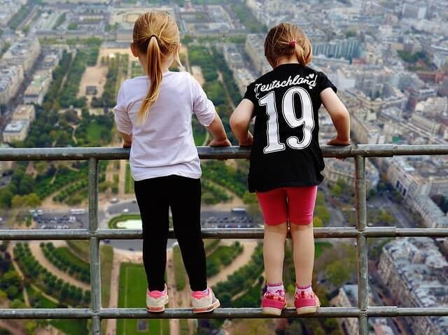 高いところから覗く子供2人