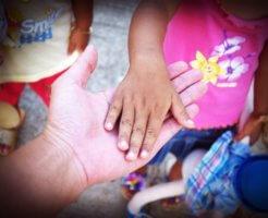 手を繋ぐ大人と子供