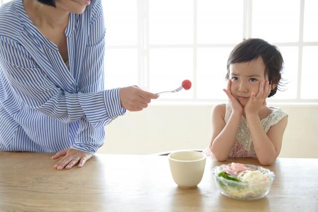 お母さんに出されたトマトを嫌がる女の子
