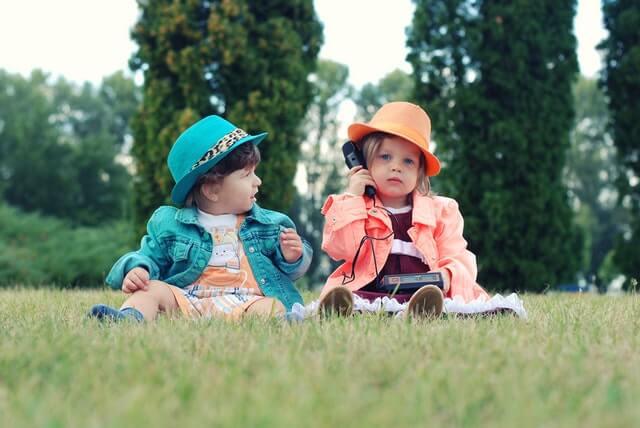野原に座る子供